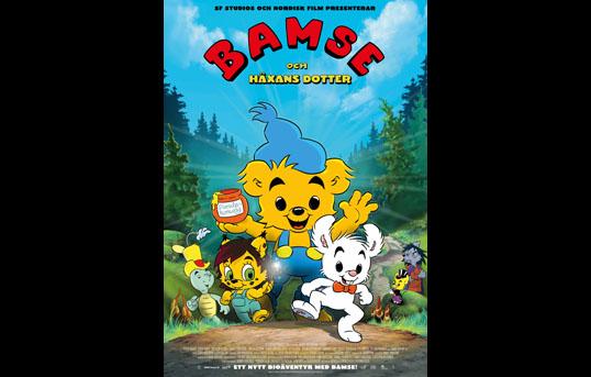 Syntolkning av filmaffisch: Affischen för den tecknade filmen Bamse och Häxans dotter visar en jätteglad Bamse i mitten. Han skrattar med öppen mun och är klädd i sin blå toppluva och blå hängselbyxor med gula knappar. I höger hand håller han en burk dunderhonung, och med vänster hand vinkar han. Runt Bamse trängs bland andra den vita kaninen Lille Skutt med röd fluga och den gröna skalbaggen Skalman med gul mage och gul hatt. Långt fram står också en gul vargunge i gröna hängselbyxor och med brun kalufs och stora gröna ögon. Djuren skuttar fram på en skogsväg omgiven av lysande gröna kullar och granar. I den klarblå himlen med sina lätta vita moln står det överst: SF Studios och Nordisk film presenterar, och därunder Bamse i röda stora bokstäver som går i en båge över resten av texten i gult, och den lyder: och Häxans dotter. Längst ned på affischen står det i vitt att det här är Ett nytt bioäventyr med Bamse.